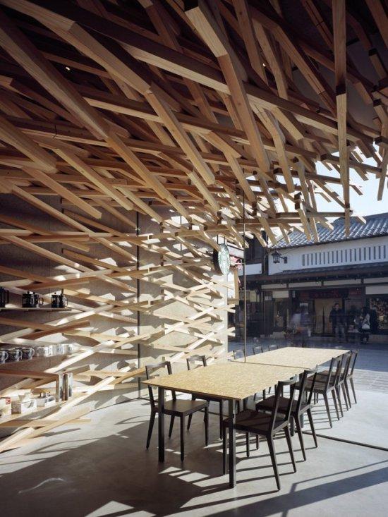 Starbucks из деревянных балок